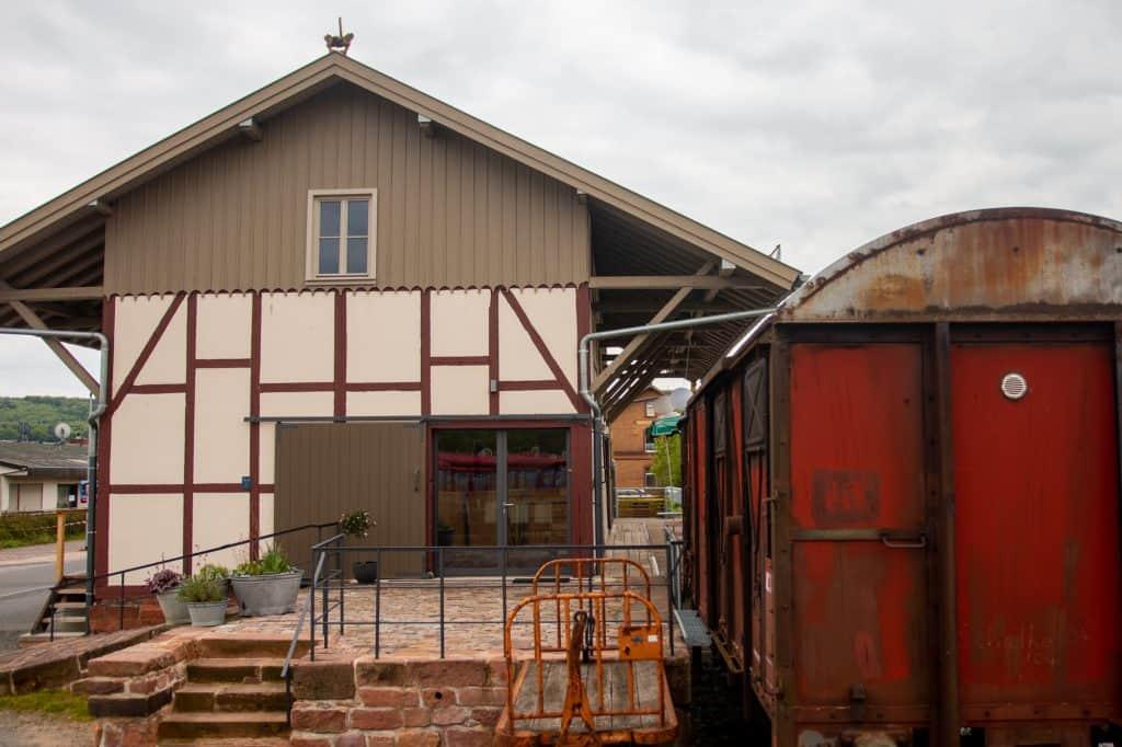Güterhalle Höchst von der Seite mit Bahnwaggon