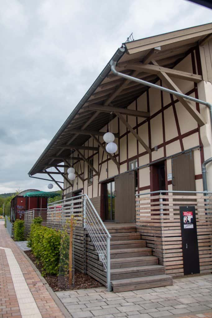 Güterhalle Höchst mit Aufgang zur Terrasse von außen