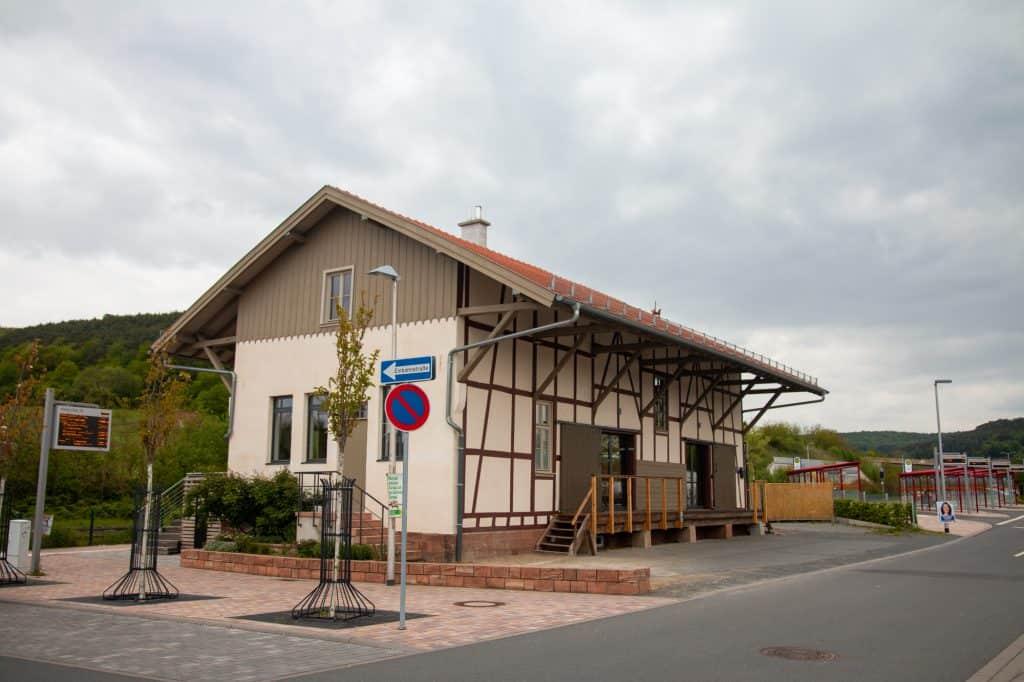 Die Güterhalle Höchst von der Straße aus gesehen