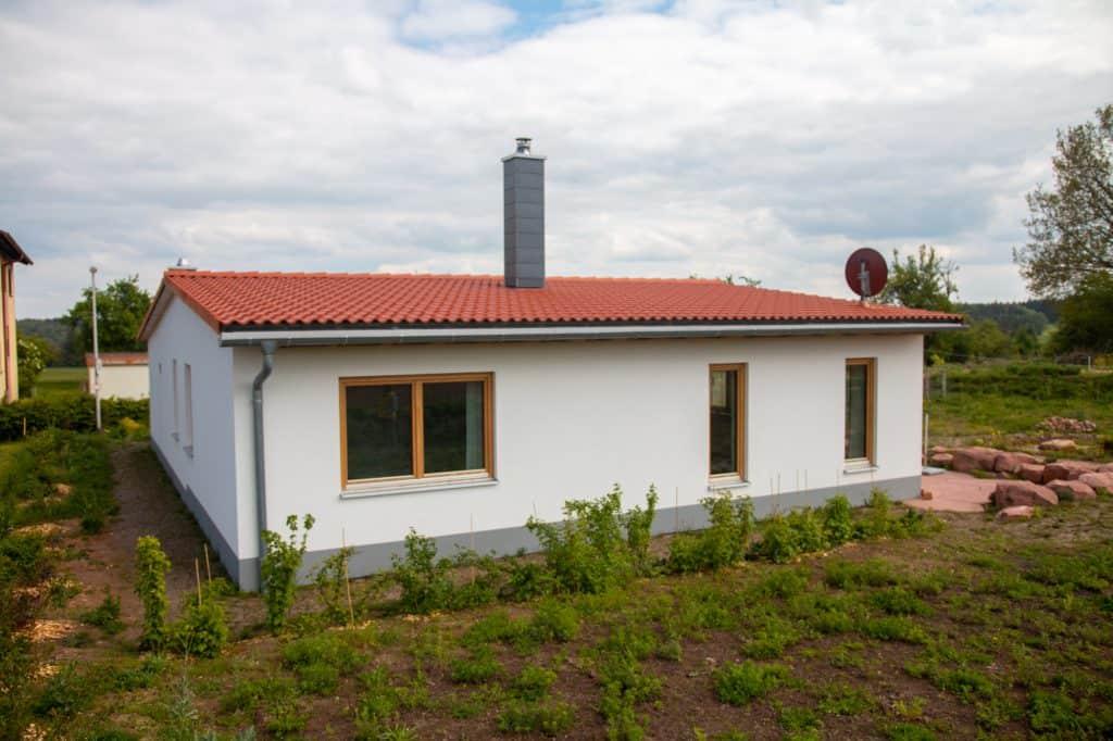 Blick Richtung Feld auf das Einfamilienhaus