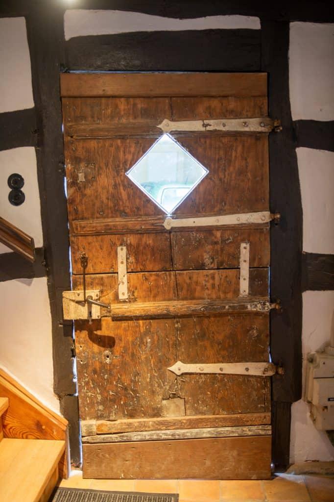 Mehrere hundert Jahre alte Tür im Wehrmannhaus von innen.