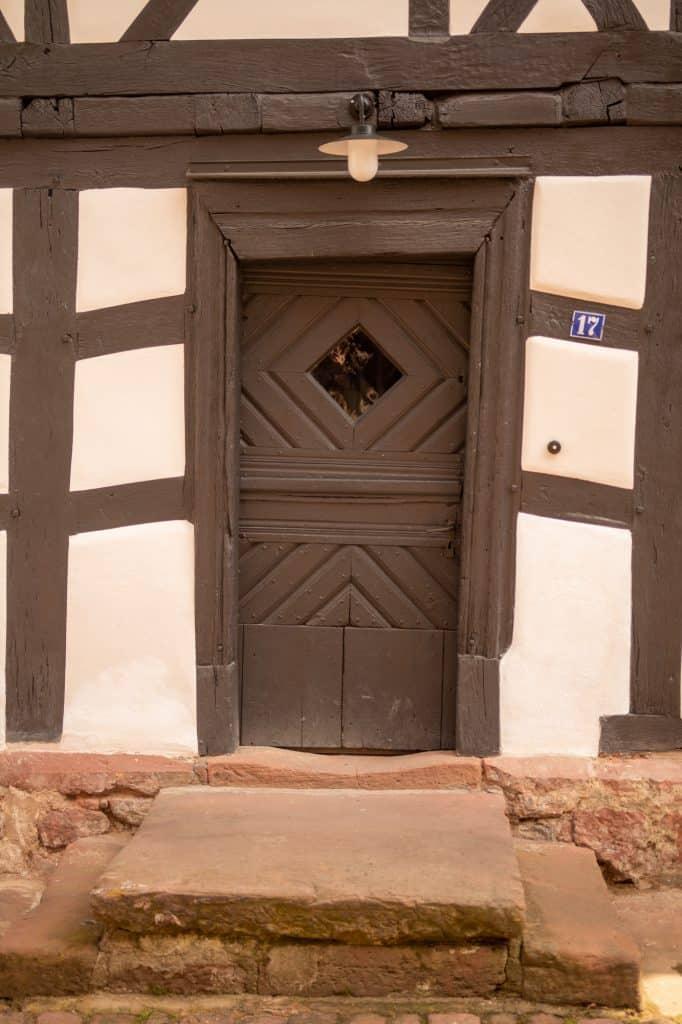 Mehrere hundert Jahre alte Tür im Wehrmannhaus von außen.